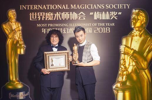 """中国魔术师张柏林 斩获魔术界最高荣誉奖项""""梅林奖"""""""