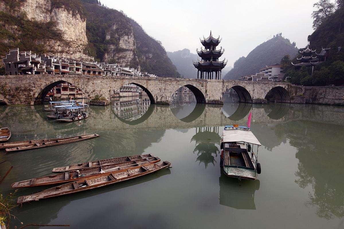 贵州:古镇苗寨赏春色 摇一舟行经山水间
