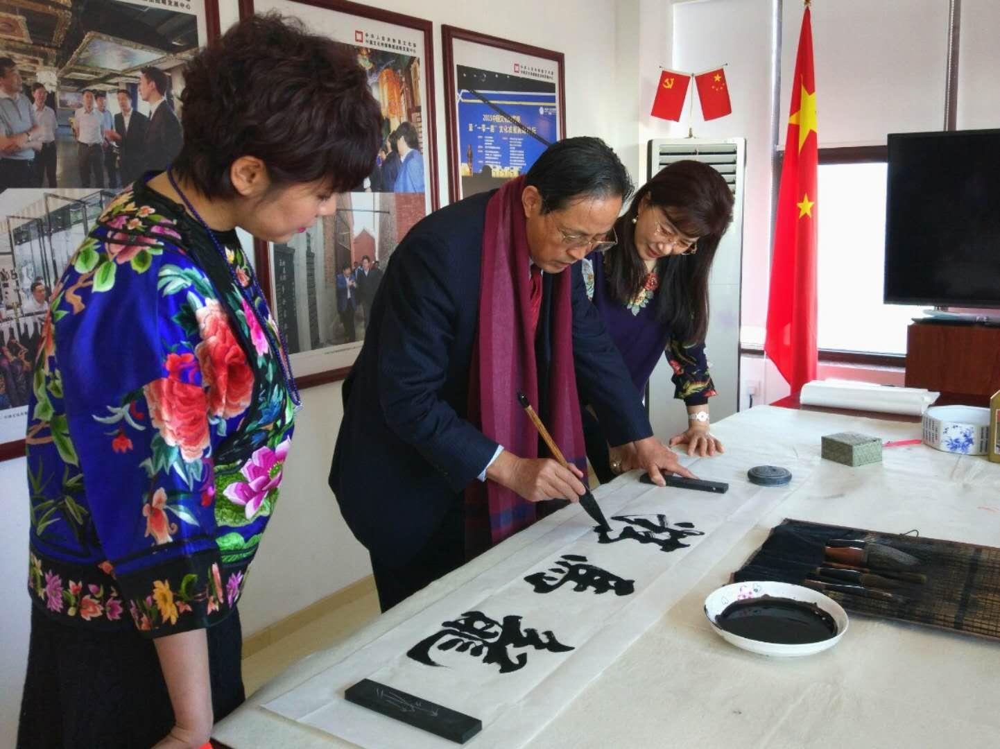 著名书法家张惠臣及众弟子做客视窗,  向全球华人拜年!