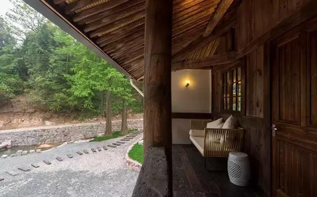 海拔800米的林场深处,竟有如此温暖的山泉私汤民宿!