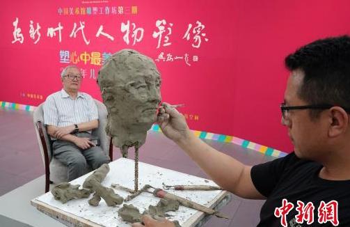 """中国美术馆带领孩子雕塑心中最美老师迎接""""六一"""""""