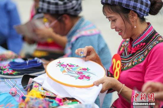 """贵州""""指尖经济""""妇女特色手工产业产值5年达60亿"""