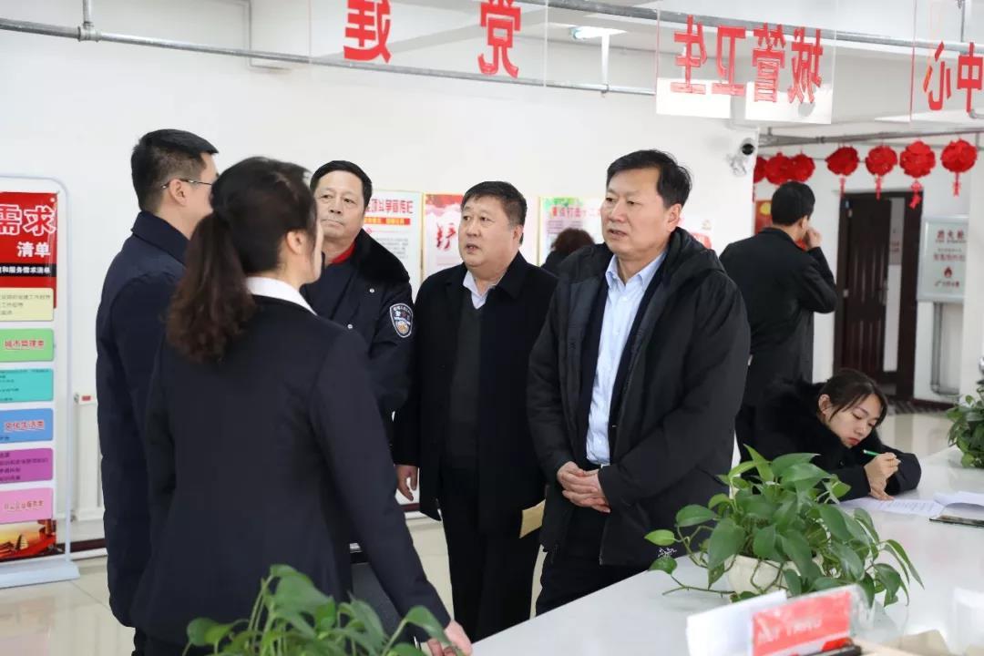 闫旭节前走访慰问困难群众和基层干部和优秀教师等,送去新春祝福