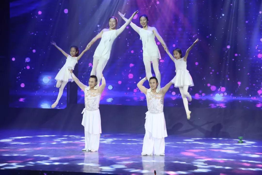 奇缘组合表演杂技《合家欢》:家庭和睦是一种力量!
