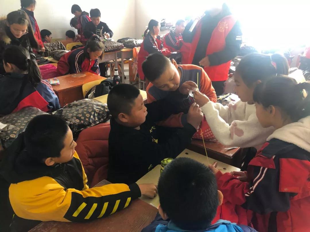 寒冷冬日,志愿者为贫困儿童送去温暖!