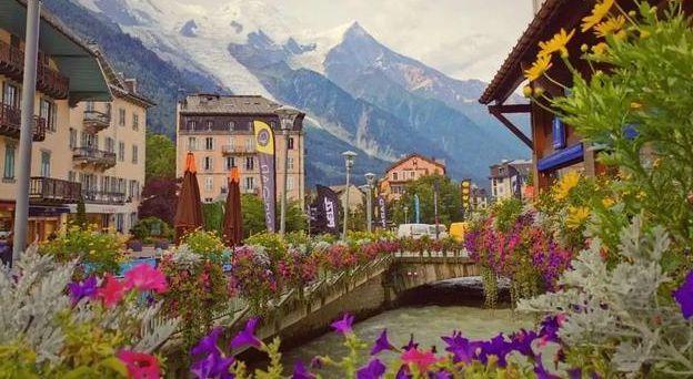 雪山之下的优美小镇,美丽风光让人心动