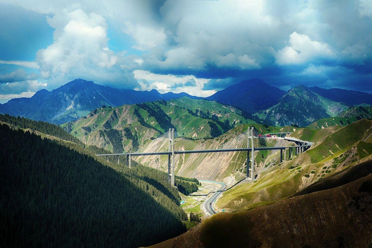 气势磅礴!航拍新疆第一高桥 自驾新疆不能错过