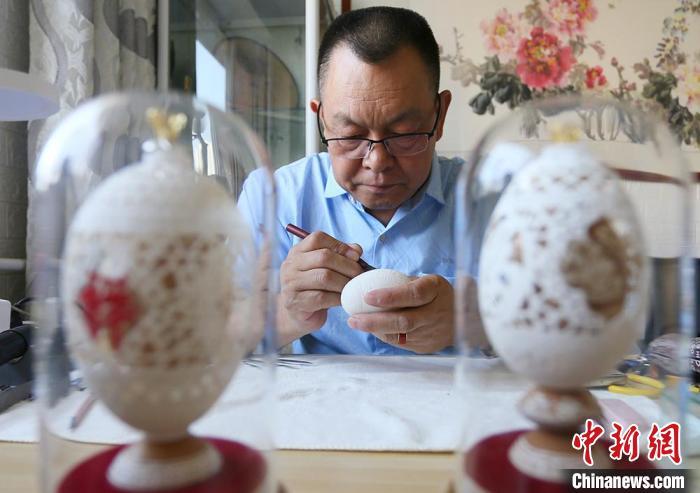 """蛋壳上的""""甘肃风景""""——兰州艺人吴义泽通过对蛋雕工艺的传承,引领大众了解丝路文化"""