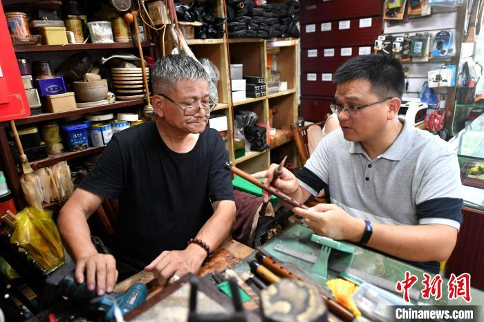 中国文化百年乐器制作世家匠心依旧 一家三代坚守传统技艺