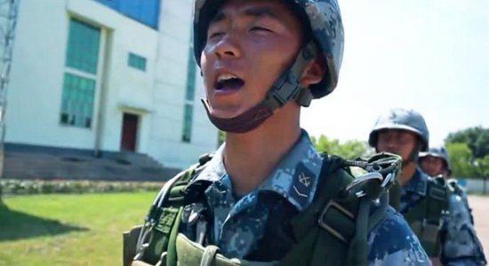 """那个""""长大要当空降兵""""的汶川男孩,真的做到了!"""