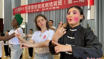 """""""洋学生""""进杭州乡村:学睦剧跳竹马 着迷中国传统文化"""